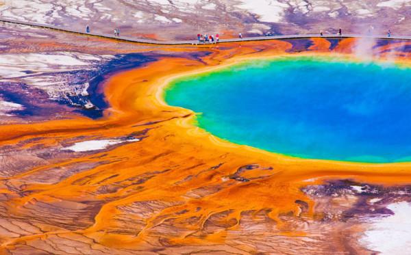Ein Ahnenforscher-Hobby: die USA. Im Bild sieht man ein unwirklich türkiesenes Wasserbecken mit grünem und gelben Wasserrand in einem rötlichen Umfeld. Es gibt keine Grünfplanzen, es ist ein Luftfoto.