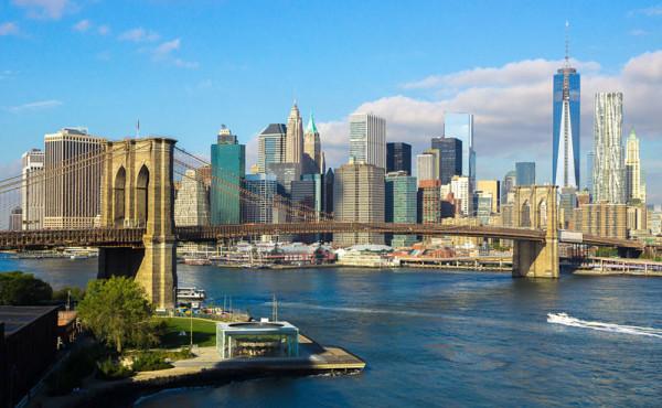 Ein Ahnenforscher-Hobby: die USA. Im Bild sieht man die Skyline von New York bei bestem Wetter. Vorne links ist ein Teil der Brooklyn-Bridge zu sehen, am rechten Bildrand das neue World Trade Center.