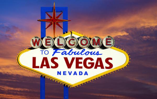 Ein Ahnenforscher-Hobby: die USA. Im Bild sieht man das Jahrzehnten typische Reklameschild von Las Vegas. Es ist Dämmerung, der Himmel ist in spannenden Rot- und Blautönen: Welcome to Las Vegas.