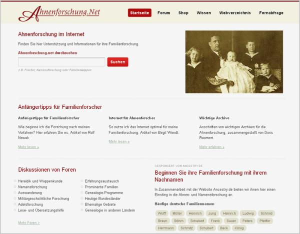 Man sieht das Bild einer Homepage zur Thematik Ahnenforschung. Sie heißt Ahnenforshcung.de. Rechts oben ist ein gelbstichiges, altes Familienfoto, sonst sind Überschriften und Text auf weißem Grund.